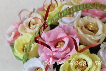 букет роз из конфет и гофро бумаги