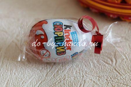 нарциссы из конфет в пасхальной корзинке