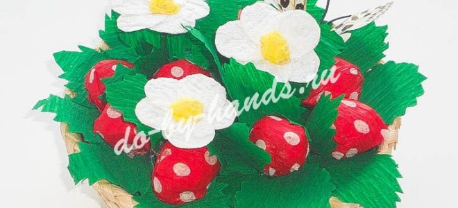Клубника (земляника) из конфет — Ягоды из конфет в корзине