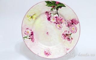 Декупаж стеклянной тарелки «Цвет яблони»: мастер класс
