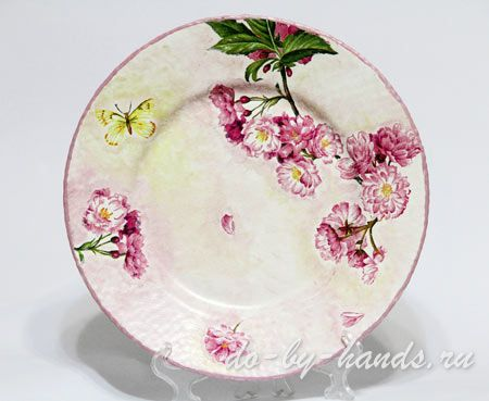 декупаж стеклянной тарелки