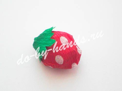 клубника из конфет