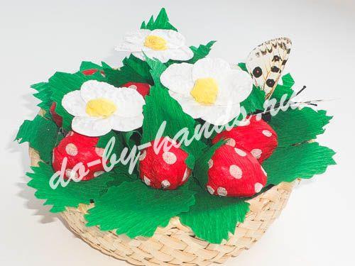 корзина с клубникой и цветами из конфет